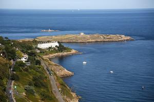 Вид на восток: Остров Долки, посреди которого стоит башня Мартелло, оборонительное сооружение эпохи наполеоновских войн, которых немало вдоль ирландского побережья. Также виден ДАРТ – дублинская пригородная электричка.