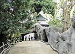 Получасовой путь к скале мы проходим пешком по многоступенчатой лестнице. Это её начало.