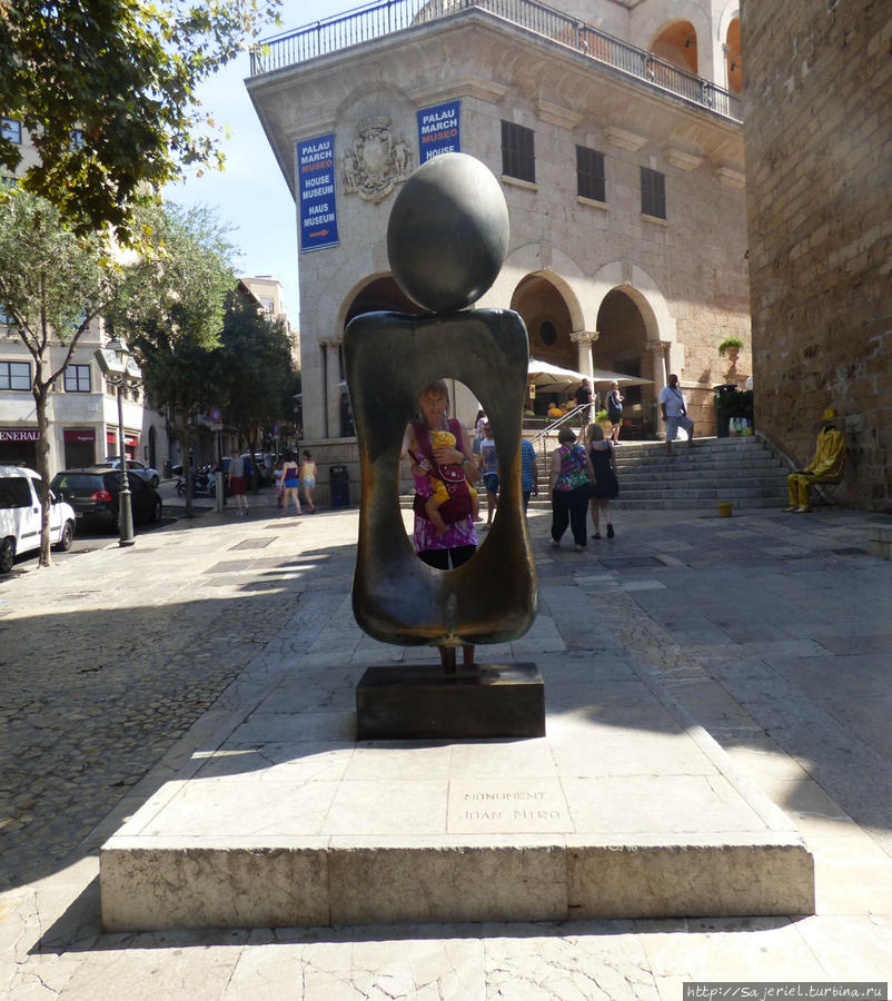 Скульптура испанского абстракциониста-сюрреалиста Хуана Миро + человек-невидимка в отдалении у стены :)