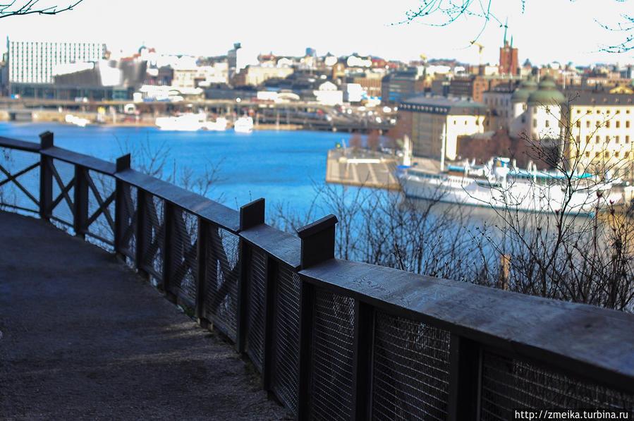 Как только вы делаете несколько шагов по улице, вам открывается прекрасный вид на центр Стокгольма. Заборчик, о котором я писала выше — вот он.
