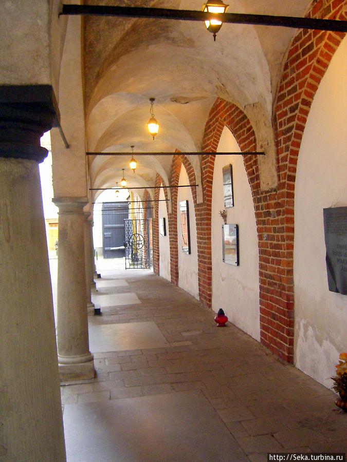 Галерея у стен костела