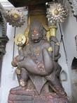 Лорд Нарасинхи (Narasinha, получеловека, полульва, воплощение Вишну), пожирающего демона Хираньякасипу (Hiranyakashipu)