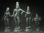 Кришна с двумя своими женами. Слева-направо — Rukmini, Krishna, Satyabhama и ездовое животное Гаруда. Из интернета
