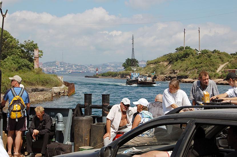 Фото паромов и катеров на остров русский