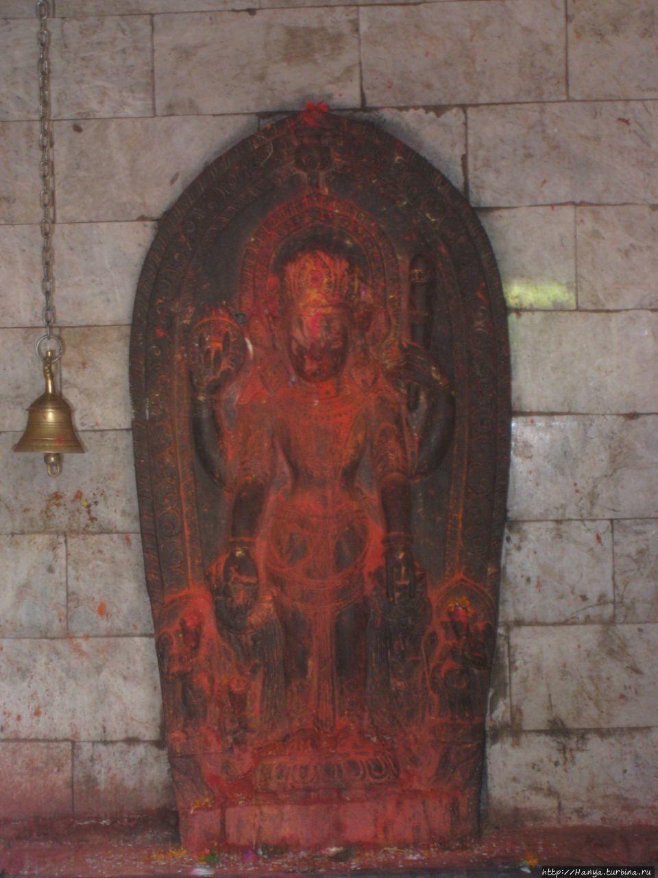Статуя Вишну, держащего ц