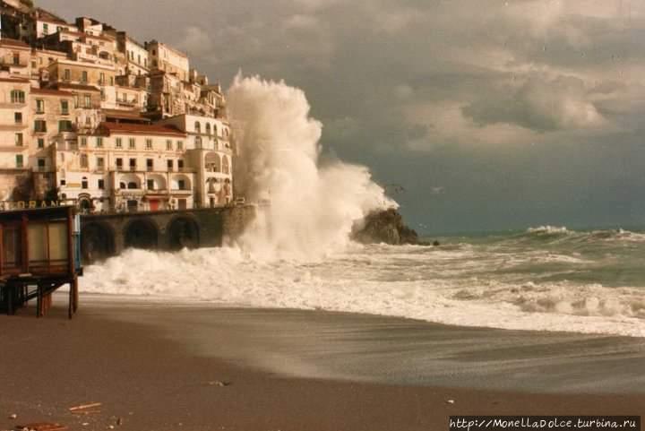 Mareggiata в порту Amalfi- шторм в ноябре Амальфи, Италия