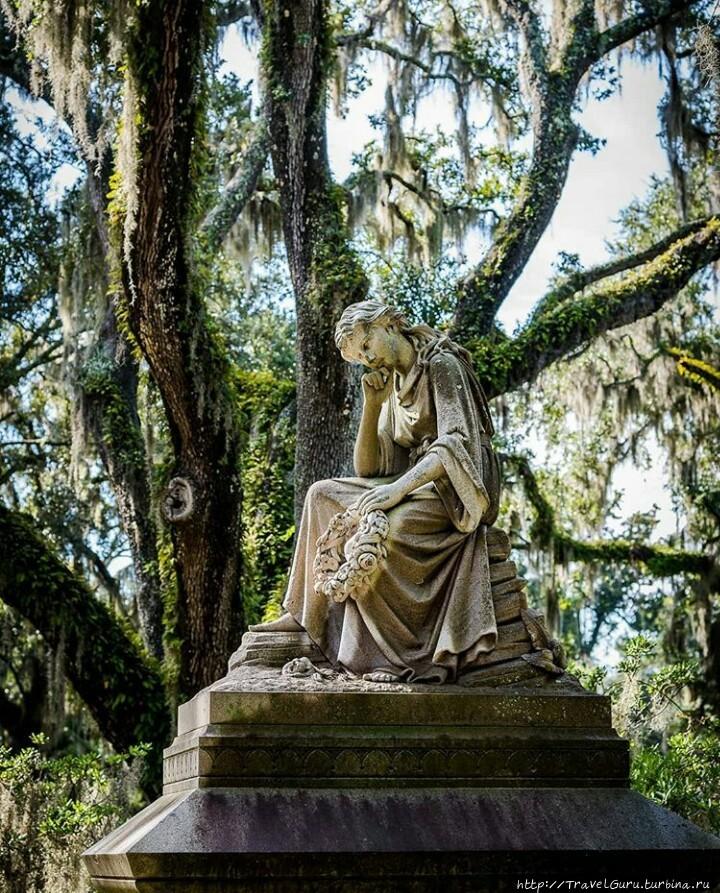Скульптуры на кладбище Бо