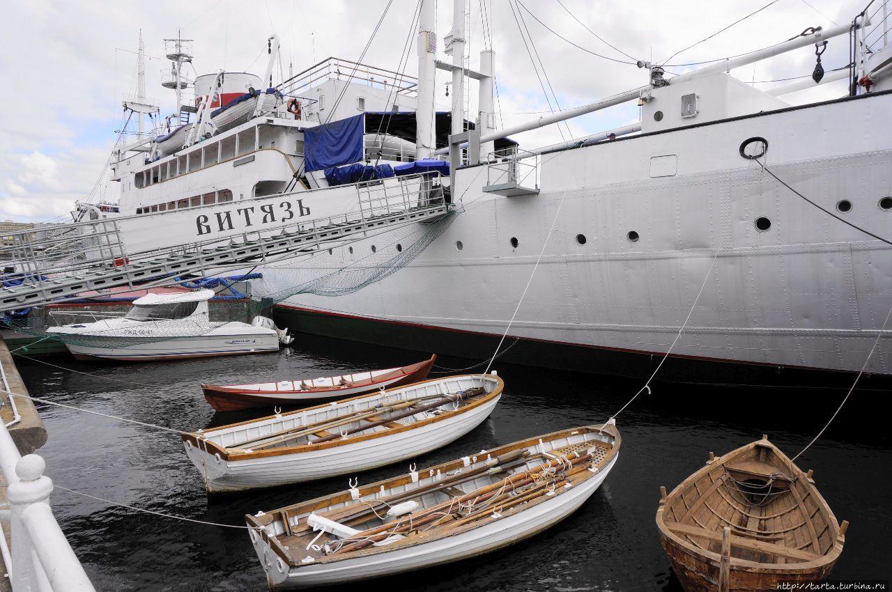 Поднятые паруса на корабле фото