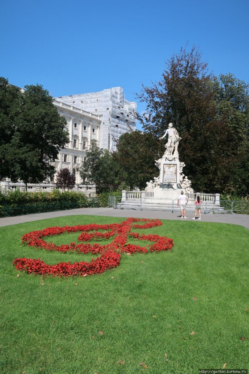 Памятник Моцарту в Бургга