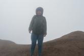 На краю кратера. Дальше обрыв — 100 -150 метров.