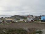 Лютеранская церковь 1848 года (со шпилем), фигурирует на всех фото Нуука, а на заднем плане, на холмике, памятник Хансу Эгеде, первому епископу Гренландии.