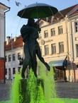 Фонтан перед ратушей построили сразу после Великой Отечественной войны, но лишь в 1998 году добавили скульптурную композицию целующихся студентов. Вода подаётся в конструкцию зонта, бьёт струями из-под фигур студентов, а подсветка создаёт эффект водопада.
