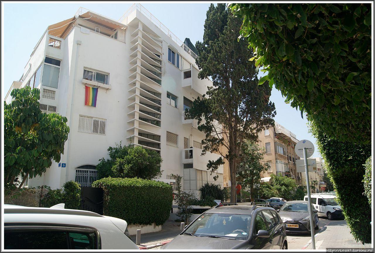 Дом-термометр. Этот дом получил такое название из-за необычной бетонной конструкции, которая в дневное время затеняет лестничную клетку и способствует ее проветриванию, а в вечернее время — пропускает электрическое освещение на улицу. Тель-Авив, Израиль