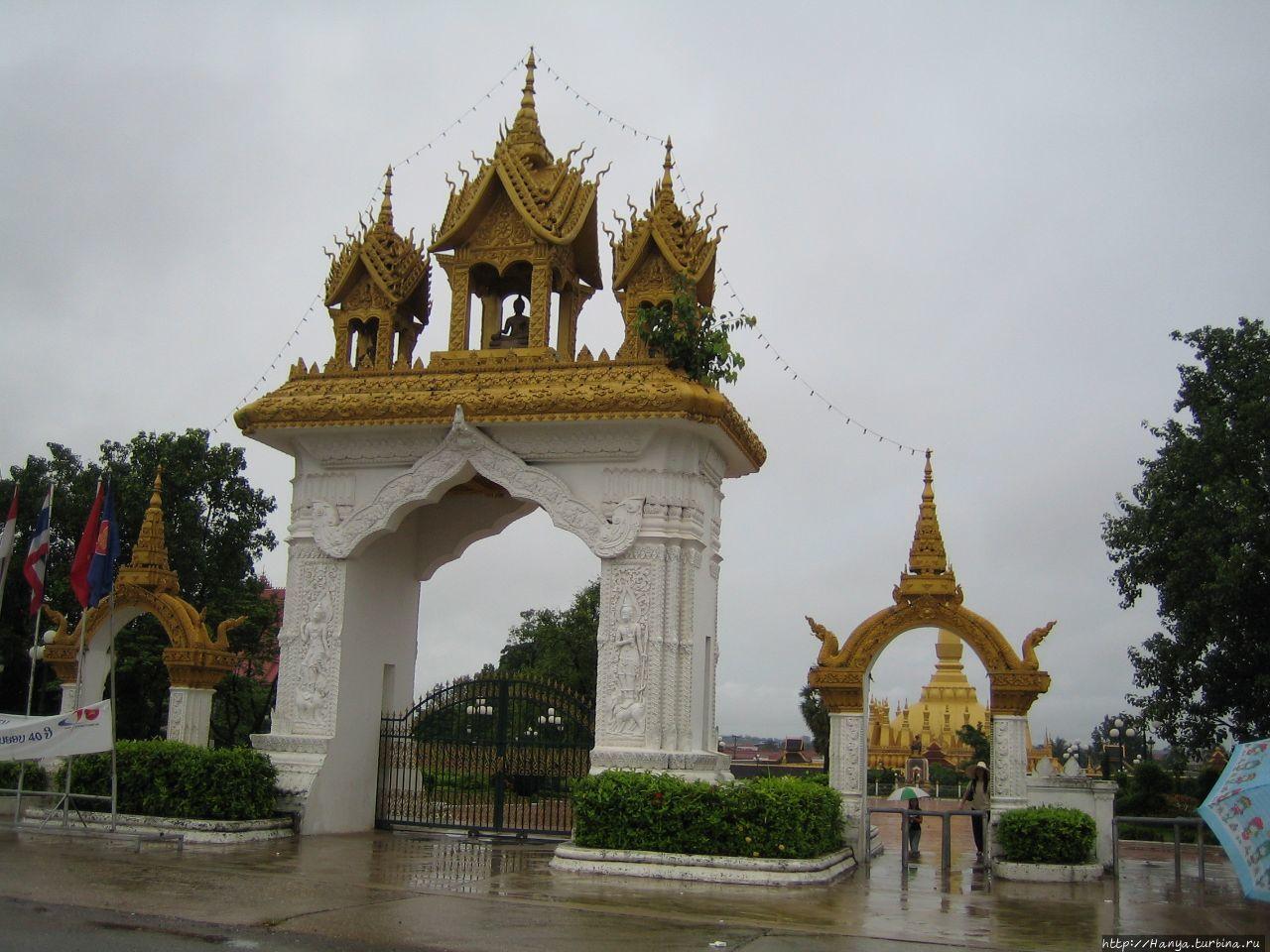 Вход в Ват Тхат Луанг
