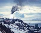 Панорама Баренцбурга. Дымящие трубы это местная ТЭЦ, работающая на добытом здесь же угле.