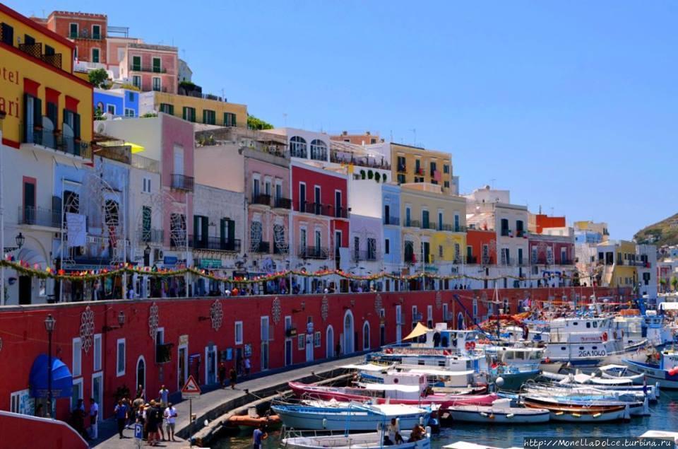 Остров Isola Ponza в Тирренском море Остров Понца, Италия