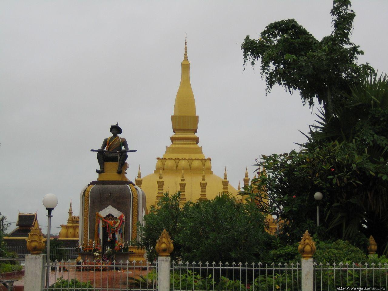 Ват Тхат Луанг Вьентьян, Лаос