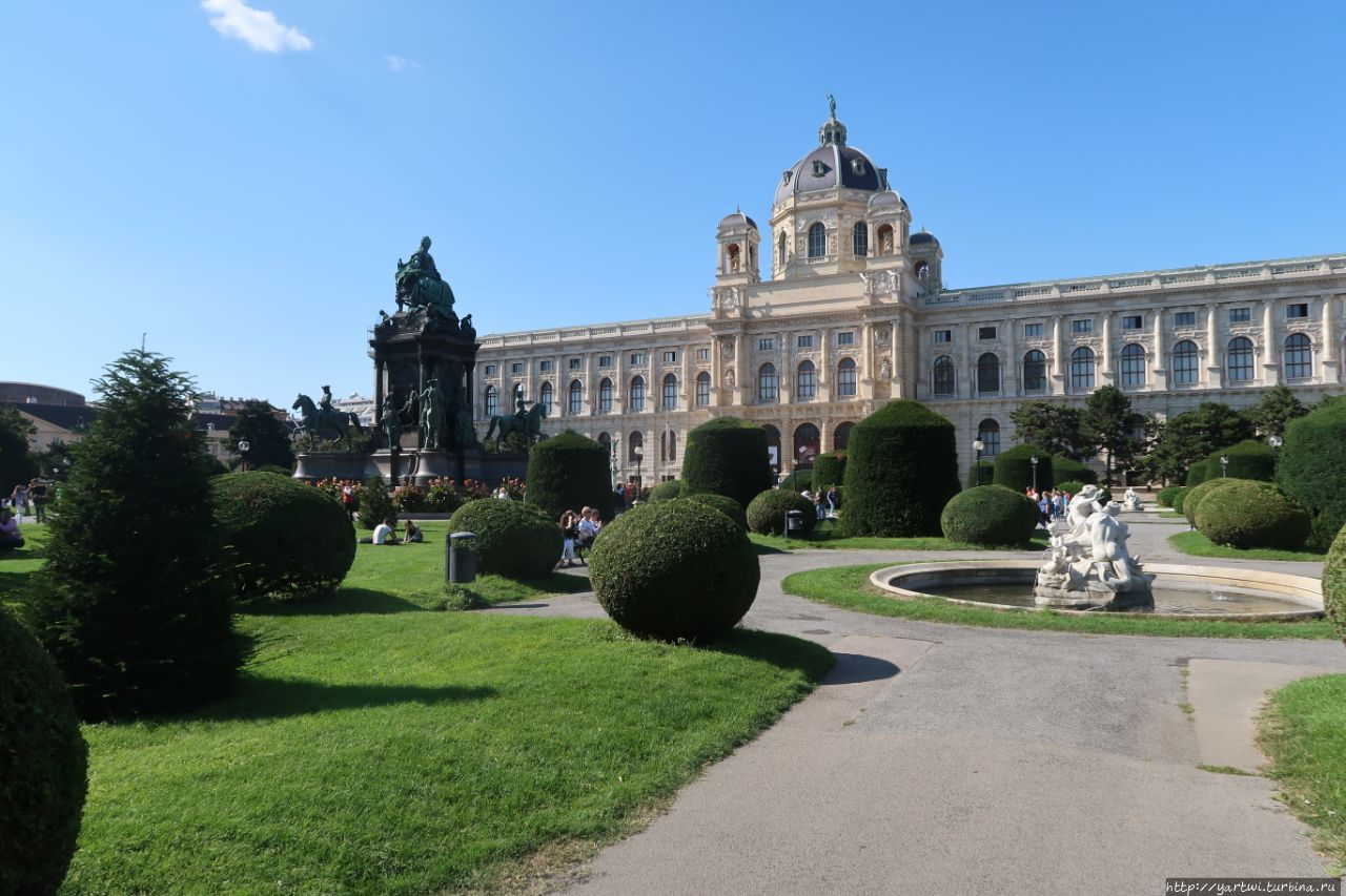 Площадь Марии-Терезии с п