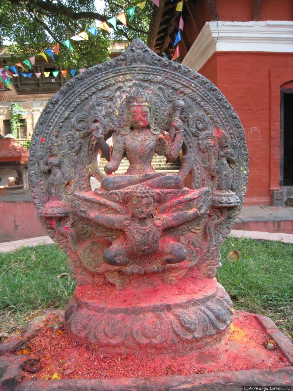 Статуя Вишну с Гарудой