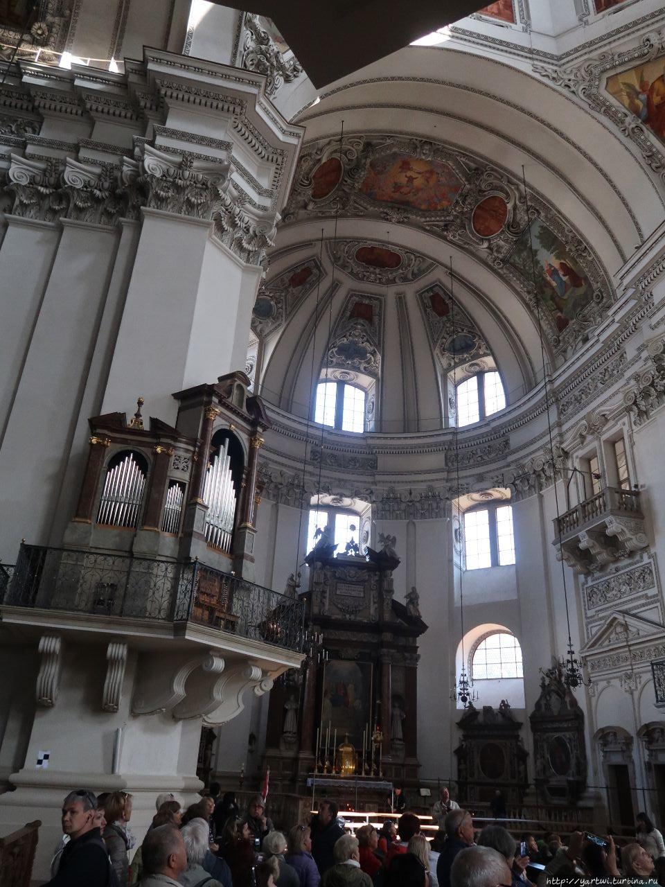 Внутри храм богато убран