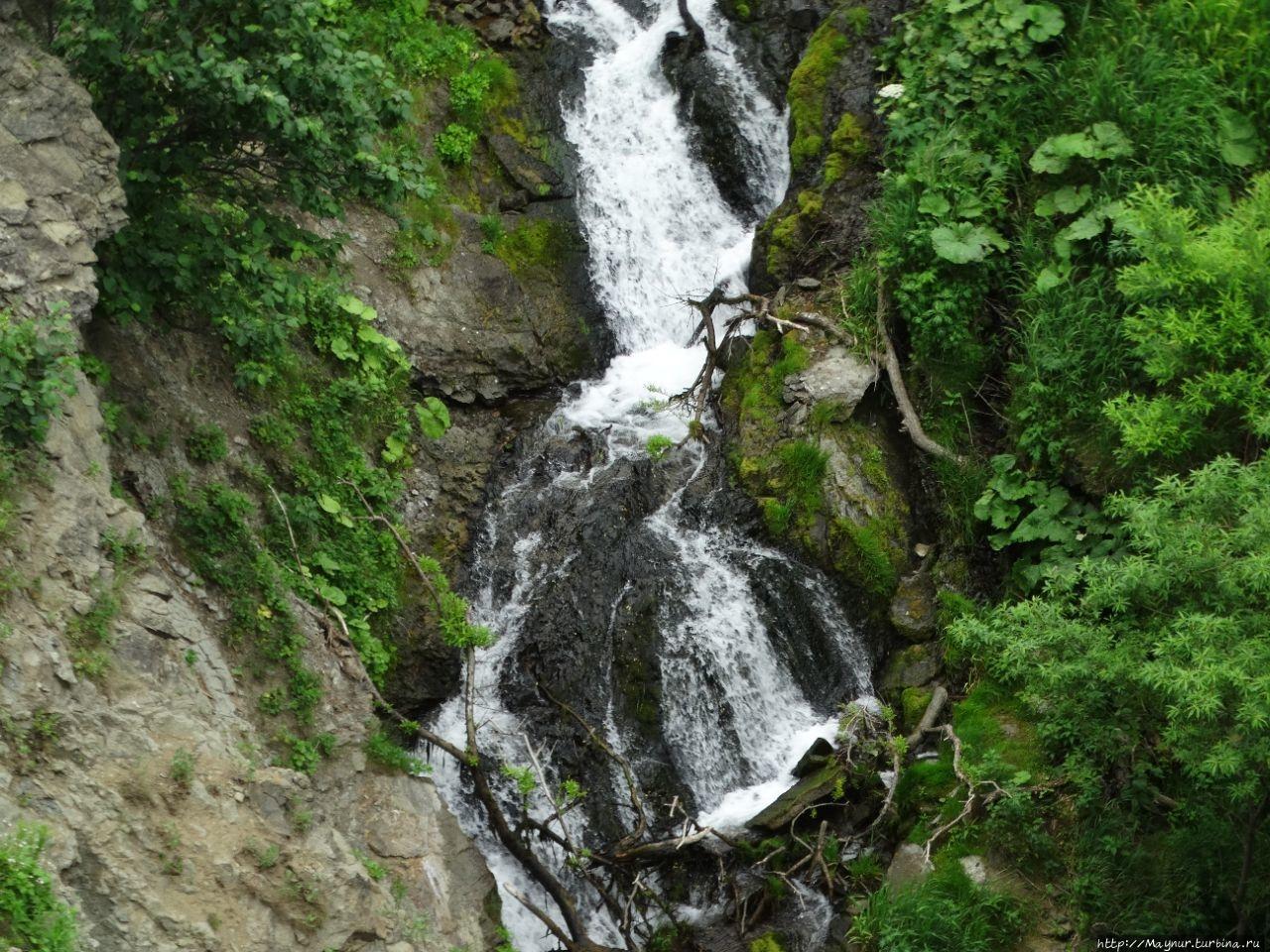 Самый  низ  водопада, где