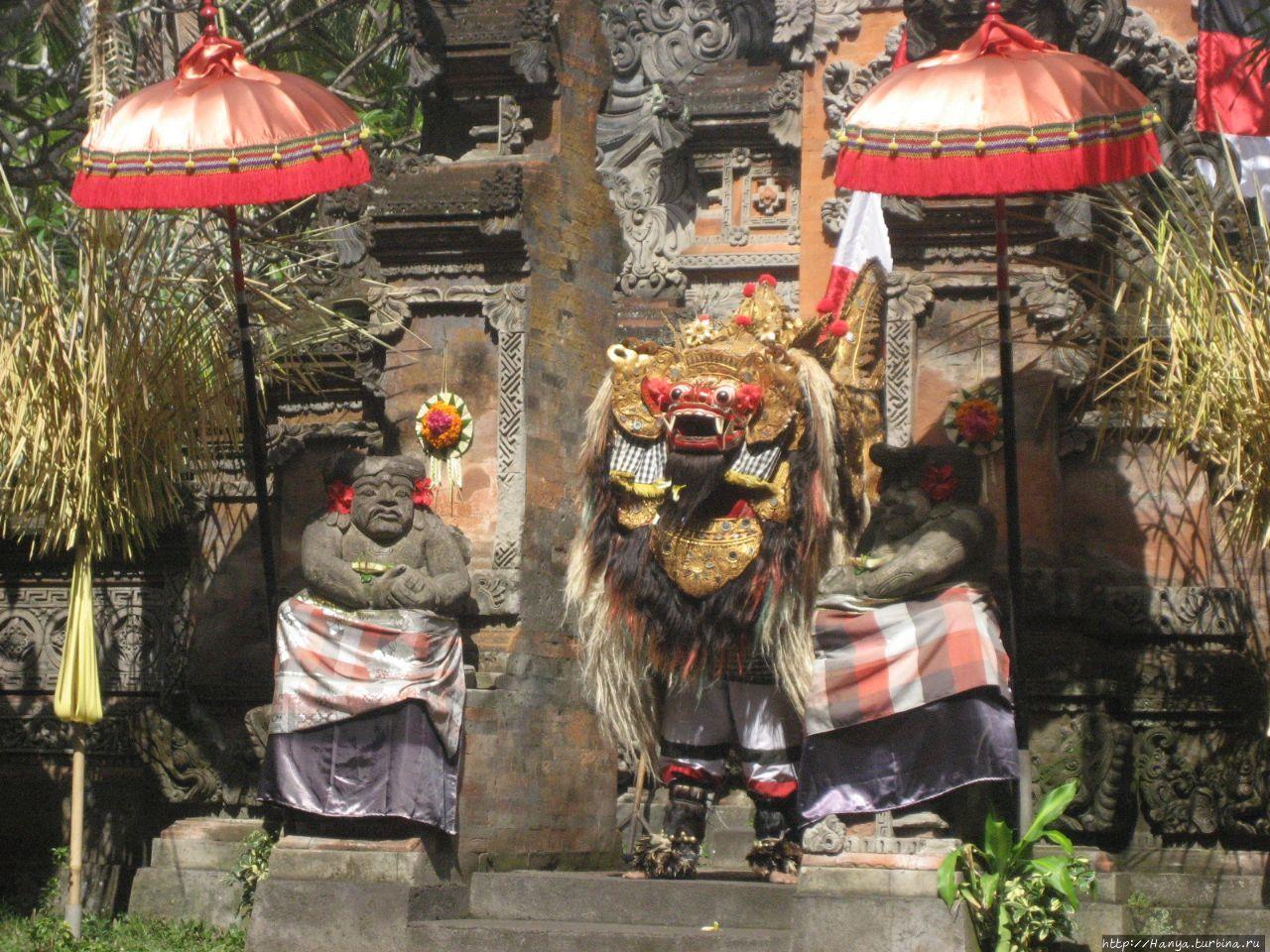 Баронг с маской льва
