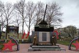 Почетный  караул  у  памятника.   Уже  много  лет  8 и 9  мая школьники всех  школ района  стоят в почетном  карауле у памятника с  танком.  Зрелище  очень  притягательное  и символическое.
